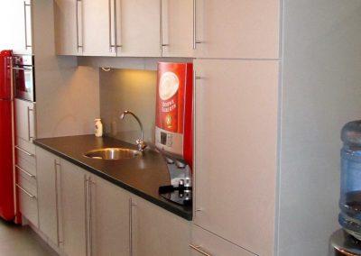 Keukenkasten in dezelfde stijl gebouwd als de bestaande keuken