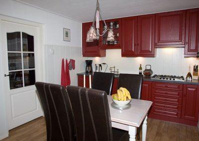 Van blankgelakte eiken keuken naar rode boerenkeuken
