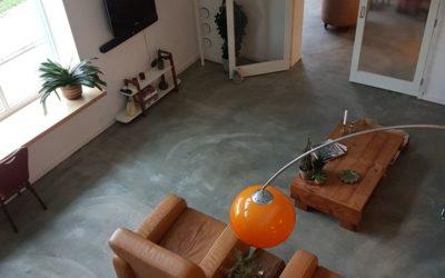 Stoere zandcement dekvloer met vloerverwarming