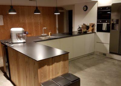 Witte keuken met massief hout